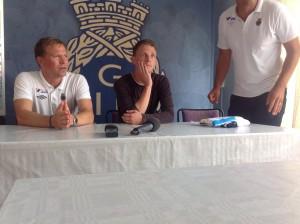 Johan Bertilsson och tränare Roger Sandberg på onsdagens presskonferens.